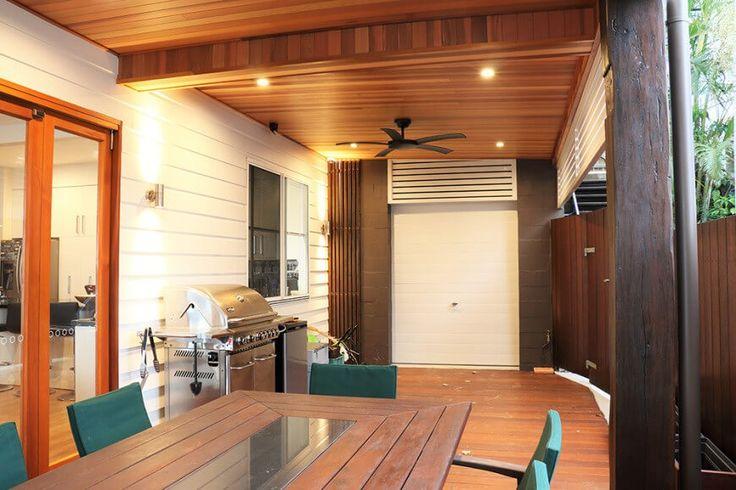 Die reiche Zeder-Panels auf dem Fußboden und Decke des Decks bieten eine ästhetische Wärme als auch helfen, die Innenräume dieses Außenraum herstellen.