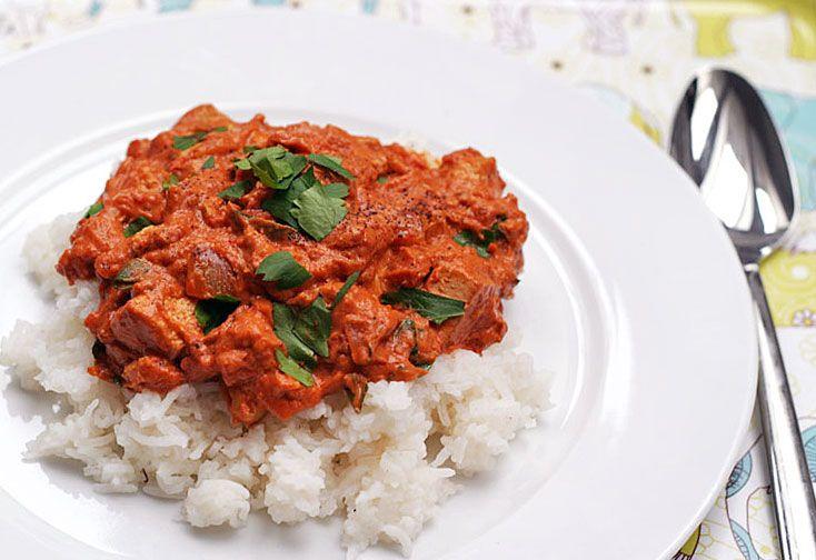 Jenoduchá (Britsko-)Indická kořeněná rajčatová omáčka s tofu a koriandrem. Skvělé k rýži či indickému chlebu   Veganotic