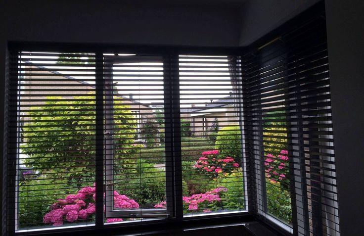 Houten jaloezieën geplaatst in Benthuizen. #houten #hout #houtenjaloezieen #jaloezieen #raamdecoratie #homedecor #binnenzonwering #binnen #decor #benthuizenraamdecoratie