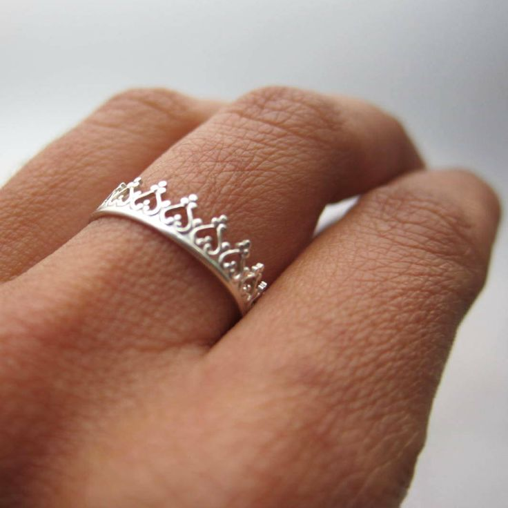 There is no queen without a crown silver ring. €39,00, via Etsy.The Queens, Crowns Rings, Crowns Jewels, Couronne Pour, Princesses Crowns, Band Aid, Crown Rings, Silver Rings, Crowns Silver