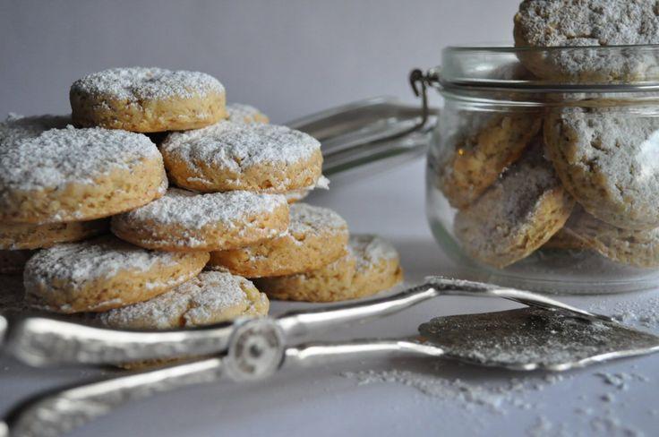 Kourabiedse - Christmas treats from Greece  http://deedeelicious.blog.pl/2012/11/26/grecki-przysmak-kurabiedes/