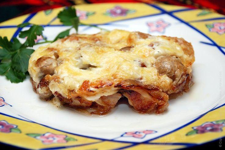 Мясо запеченное с сыром и жареными овощами