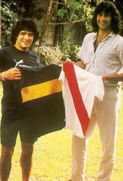 Awesome pic: Maradona vs Kempes; Boca Juniors vs River Plate