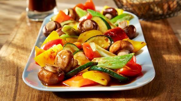 Lässt das Herz von Vegetariern höherschlagen: Der herzhafte Grillgemüse-Salat beweist einmal mehr, dass man nicht nur Fleisch auf den Grill legen kann.