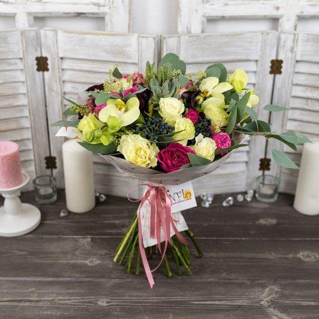 Букет из роз, орхидей и калл с эхеверией в крафт-бумаге  Букет из малиновых пионовидных роз Пинк Пиано и Баронес, белых роз Мондиаль, нежно-розовых пионовидных кустовых роз Шарминг Пиано, белых орхидей Фаленопсис и темно-фиолетовых калл Одесса с суккулентом эхеверия, черной калиной, зеленой брунией, красным амарантом и эвкалиптом, упакованный в крафт-бумагу и перевязанный атласной лентой  https://nflo.ru/catalog/autumn_2016/00864/  #nflo #флорист #florist #роза #rose #орхидея #orchid #калла…
