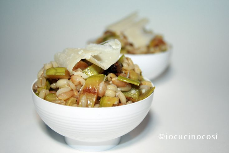 Insalata di farro e orzo con zucchine e parmigiano