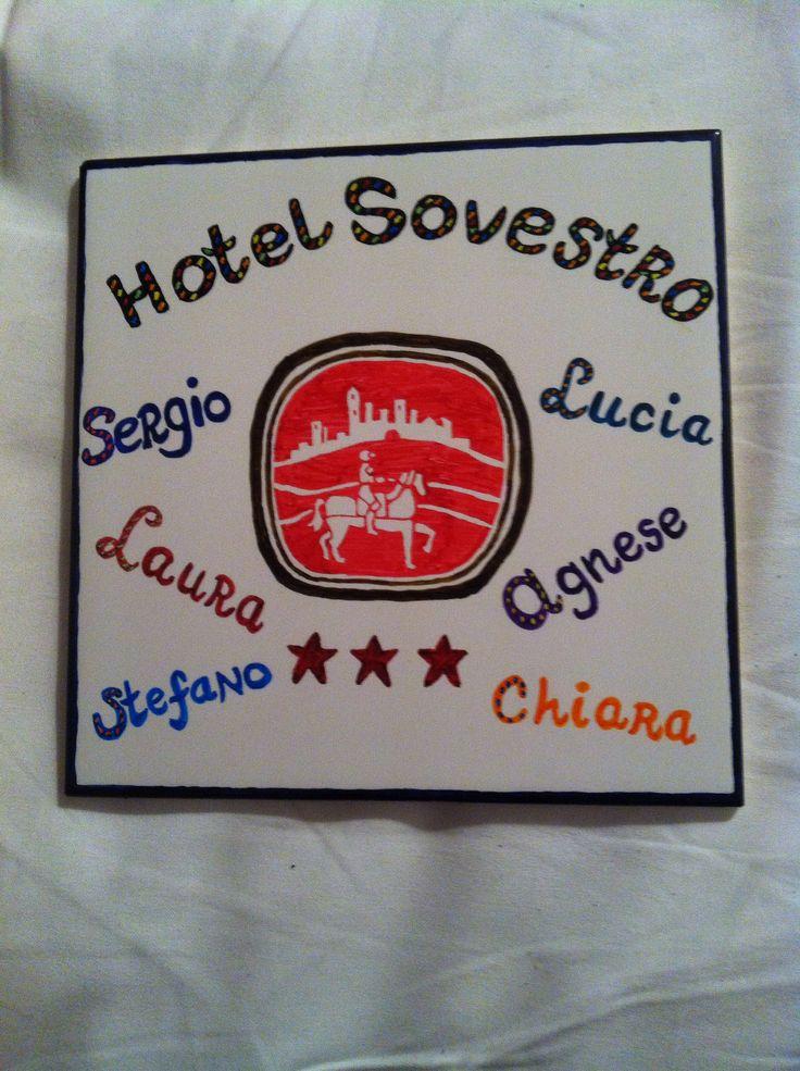 Een tegel gemaakt voor Hotel Sovestro met hun logo