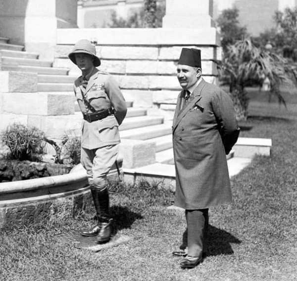 الـممــــلــكــة الـمـصــــــريـة ١٩٣٢ الملك فؤاد الأول وبجواره الأمير إدوارد الثامن ملك إنجلترا فيما بعد بـ حديقة قصر عابد Egyptian History Old Egypt Egypt
