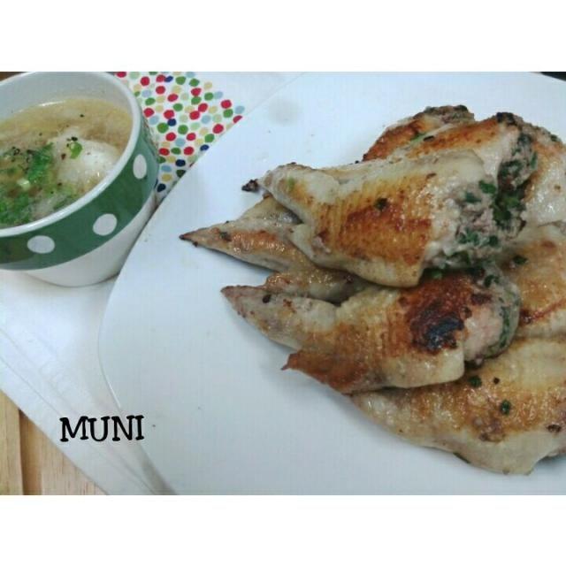 餃子の種を手羽先に詰めて蒸してから焼いたよ♪ コラーゲンたっぷり♪ 蒸さずに直接焼いてもいいんだけど、蒸すことでお肉が柔らかくなります。 お醤油+お酢+ラー油を合わせたのを付けて食べるのが美味しいよ♪  外した骨でお出汁を取って中華スープにしてみました。鶏の美味しい味が優しいスープです>^_^< - 63件のもぐもぐ - 手羽先餃子&鶏スープ♪ by key♪