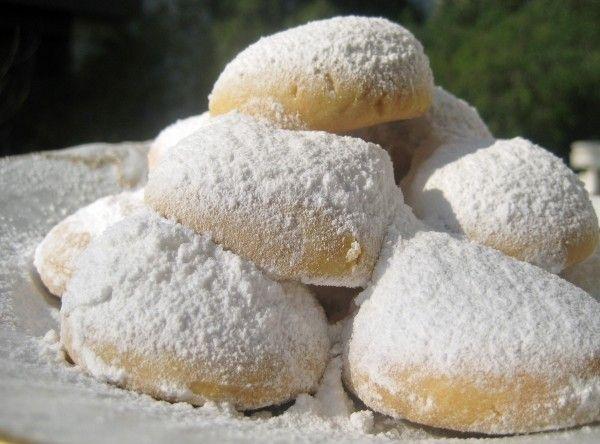 Greek sugar almond cookies..recipee http://thegreekfork.com/2011/12/aunt-machi%E2%80%99s-christmas-%E2%80%98snowball%E2%80%99-butter-cookies/
