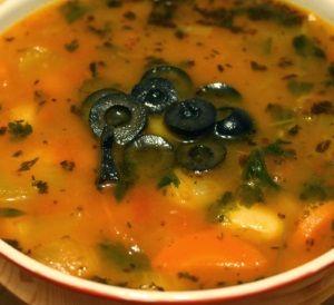 Składniki na zupę z czerwonej soczewicy z mlekiem kokosowym:      250 g czerwonej soczewicy,     150 g marchewki (pokrojone w plasterki),     1 duża cebula (pokrojone w kostkę),     3 ząbki czosnku (wyciśnięty),     2 łyżeczki curry,     1 łyżeczka kolendry (proszek),     1 łyżeczka świeżego imbiru (drobno starty),     1 pomidor (świeży lub z puszki),     1 litr bulionu warzywnego,     1-2 łyżki świeżego soku z cytryny,     2 łyżki oleju kokosowego,     1 łyżeczka soli Himalajskiej,     ½…