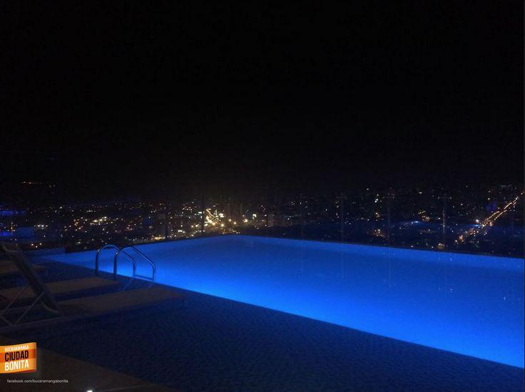 Que linda se ve de noche la piscina del Holiday Inn de Bucaramanga y con la ciudad de fondo aún más lindo.... Gracias Reynaldo Gaona (https://www.facebook.com/ReynaldoGaonaPiamont) por compartir la foto.
