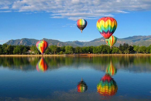 Kígyózó sorok, várakozás, késés, biztonsági ellenőrzés. A repülés már ugyanaz, mint régen volt. Ám ha egy hőlégballon kosarába szállunk, újra fellángolhat a repülés iránti szeretetünk: lehetőségünk nyílik újra örömünket lelni a repülésben, csendben suhanni a felhők között és egy merőben más szemszögből és sebességgel szemlélni az alattunk lévő tájat...