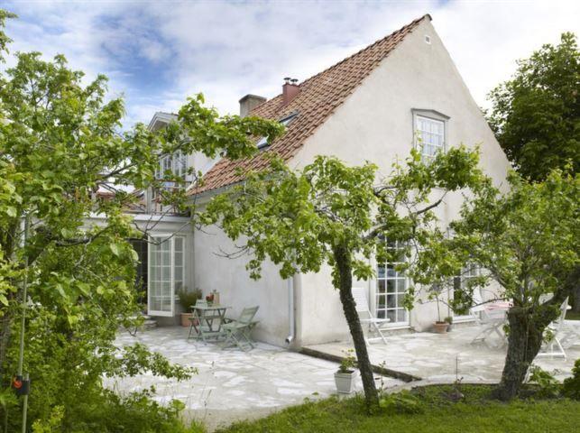 <strong>Sol eller skugga. </strong>Kalkstensterrassen sträcker sig längs huset. Flera sittplatser finns intill huset så att man kan välja sol eller skugga.