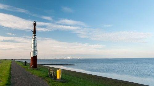 Het monument ter nagedachtenis aan de Groningse zanger en liedjesschrijver Ede Staal (1941-1986), op zeedijk in Delfzijl. In de volksmond heet het monument 'De Paal van Staal'. Het is in 2000 gemaakt door kunstenaar Chris Verbeek uit Blijham en bestaat uit een conische zuil van ruim 8 meter hoog met daaromheen een tekst uit het liedje Credo - Mien bestoan gewikkeld. Ede Staal ligt in Delfzijl begraven.<br>Op de achtergrond de Eemshaven met de Eemscentrale.