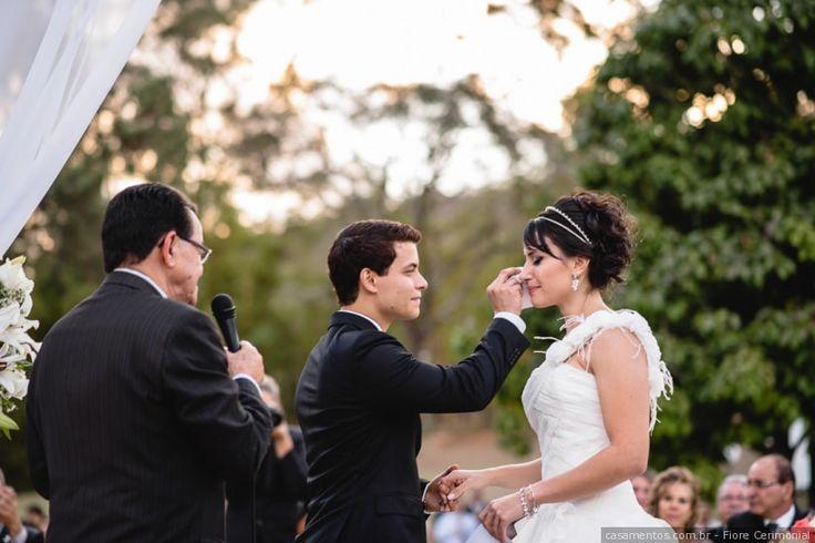 """Se há um momento que arranca mais lágrimas que o poderoso """"sim, eu aceito"""" é o da declaração de amor no altar ou os """"votos"""". Se você nem imagina como escrever tudo o que quer dizer ao seu amor, faça essas 10 perguntas e inspire-se com as repostas."""