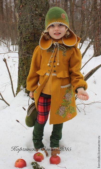 Купить или заказать Пальто валяное для девочки Шафран в интернет-магазине на Ярмарке Мастеров. Валяное детское пальто из итальянской мериносов шерсти. Декорировано фрагментами павловопосадских платков, льняными кружевами, бархатной лентой, выложено волокнами шелка, изнанка выложена вискозой. Пальто легкое, для весны и осени. К пальто отдельно продаются сумочка и шапочка - если покупаются в комплект их цена по 1000 рублей.…