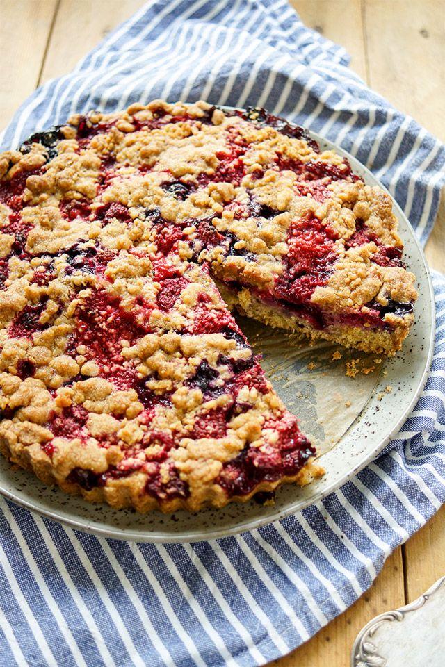 einfaches Rezept für einen Streuselkuchen mit Beeren (Heidelbeeren, Johannisbeeren, Himbeeren, Erdbeeren) und einem Teig aus Buttermilch ohne Eier
