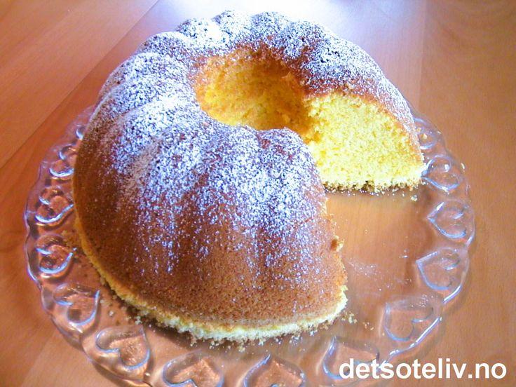 Dette er en tysk oppskrift på en stor, myk og deilig formkake! Eggelikør gir særegen og veldig god smak til kaken. Kaken har flott, gul farge og passer kjempefint til påsken!