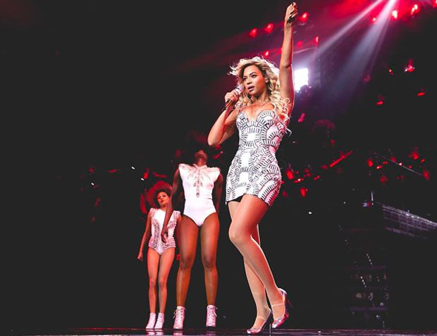Beyonce Knowles In Atelier Versace – Mrs Carter Show World Tour