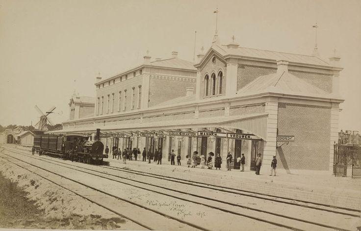 Dordrecht<br />Dordrecht: De bouw van de grotere stations in de tweede helft van de negentiende eeuw werd vaak vastgelegd door gerenommeerde fotografen. Eén van de grondleggers van de professionele fotografie, Julius Perger maakte in 1872 deze fraaie opname van Station Dordrecht, kort na de ingebruikneming.