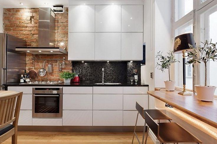 Modern fehér konyha látszó téglafallal és mozaikkal