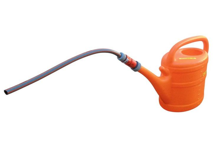 Frischwasserversorung leicht gemacht: Ein Schlauch verlängert den Rüssel der Gießkanne. Wofür diese Erfindung gut ist und wie man sie anwendet, erfahren Sie im promobil Leser-Tipp von Heinrich Hinze.