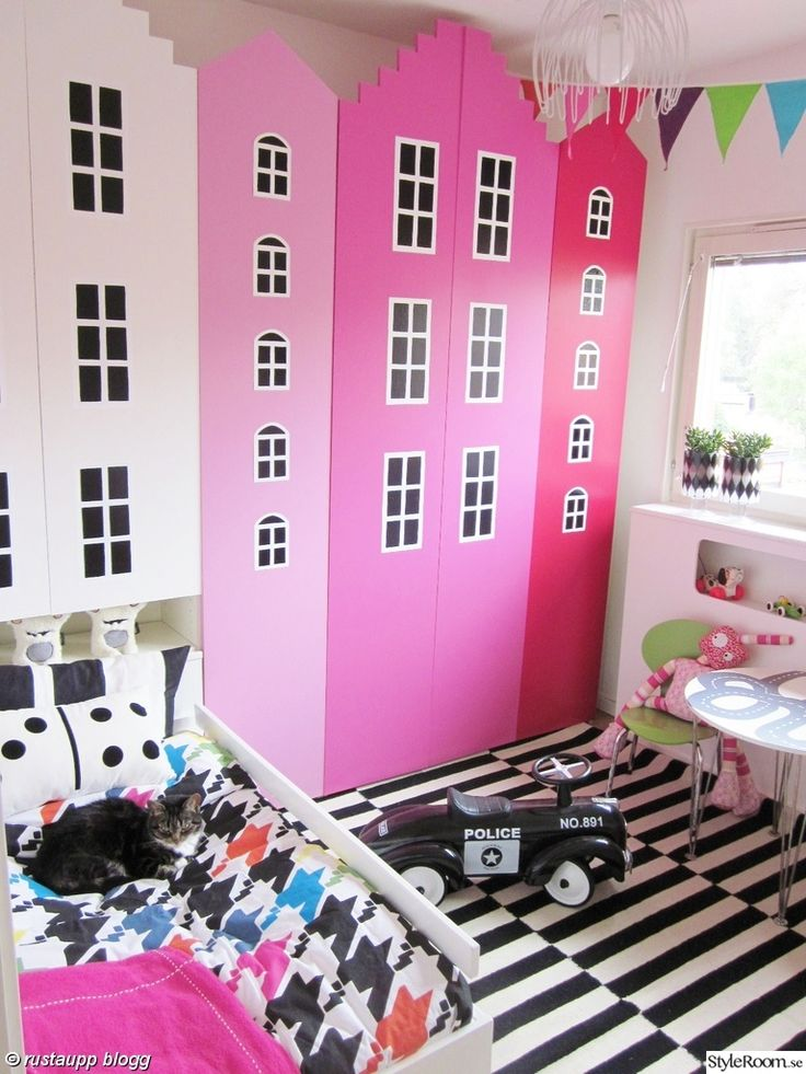 stockholm rand,flickrum,barnrum,hus,husgarderober,bilbana,bord,husgarderob,garderob,förvaring,rosa,myran,leksaker