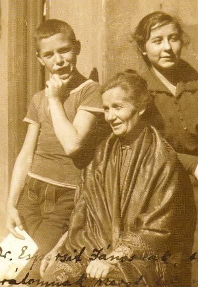 József Attila, a Mama, Pőcze Borbála, és Etelka, 1919 körül.