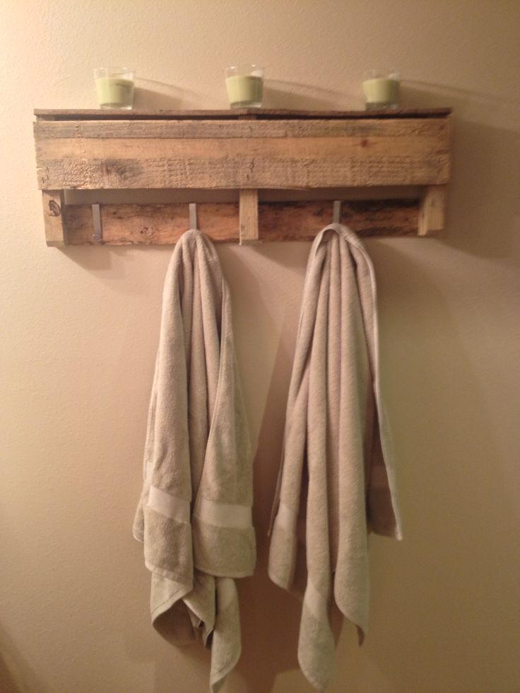 Pallet towel rack free pallet a few hooks from ikea for Meuble mural varde ikea