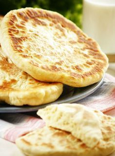 Сырные лепешки на сметане... мука — почти стакан сметана — полстакана сыр твердый тертый — почти стакан соль, специи, зелень — по вкусу сода на кончике ножа  1.В сметану кладем соду, соль, специи. В просеянную муку — сыр, зелень, еще какие добавки. Огонь средний,  печем минут пять s kazhdoi storony.
