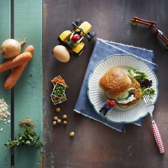 Groenteburgers van kikkererwten, wortels, erwten, ui, havermout, rijst, ei en italiaanse kruiden