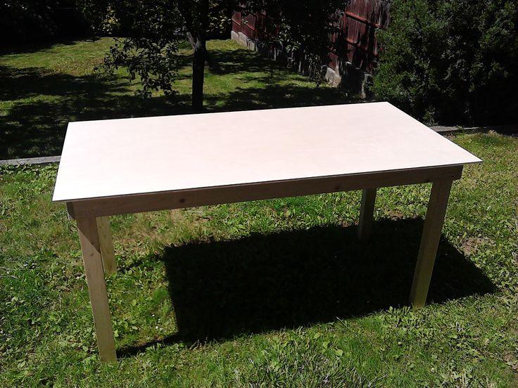 Kvalitní dřevěný stůl