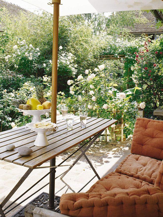 Une terrasse végétalisée pour déjeuner dans les roses