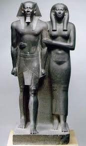 Mcerino in compagnia della moglie  Khamerer-Nebti, ca 2520 a.C. Basalto. altezza 142 centimetri, Boston, Museum of Fine Arts.