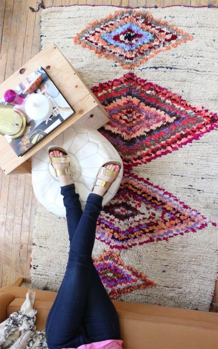 tapis marocain, joli tapis coloré, un pouf blanc en cuir