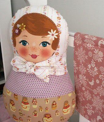 almofada de matrioskas em patchwork