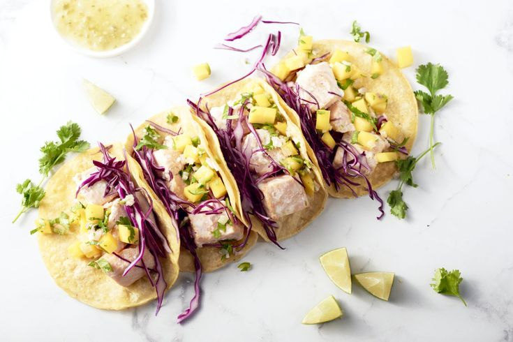 Een heerlijk originele vulling voor Mexicaanse taco's: met zalm gemarineerd in kokosmelk, rode kool & een frisse mangosalsa erbij. Een kleurrijk pitti...
