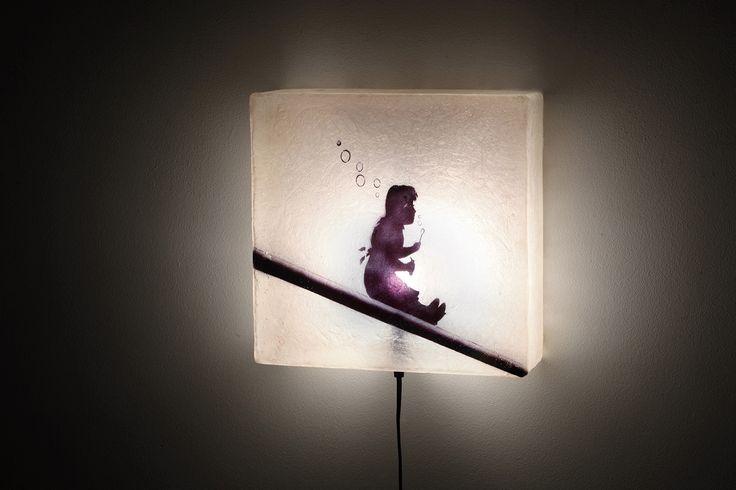Φωτιστικό για τον τοίχο, από fiberglass. Ελαφρύ κι ανθεκτικό, κρεμιέται πολύ εύκολα με ένα λεπτό καρφάκι στον τοίχο και συνδέεται στην πρίζα.  Διαστάσεις: 30 x 30 x 11(βάθος) cm  Xρώματος natural white (φυσικό λευκό) με light pink (ανοιχτό ροζ) και μαύρο στο σχέδιο.  Δέχεται μια λάμπα E14. Στις φωτογραφίες μας βλέπετε το αποτέλεσμα φωτεινότητας των 20watt, ενώ μπορείτε να βάλετε όσα watt επιθυμείτε.