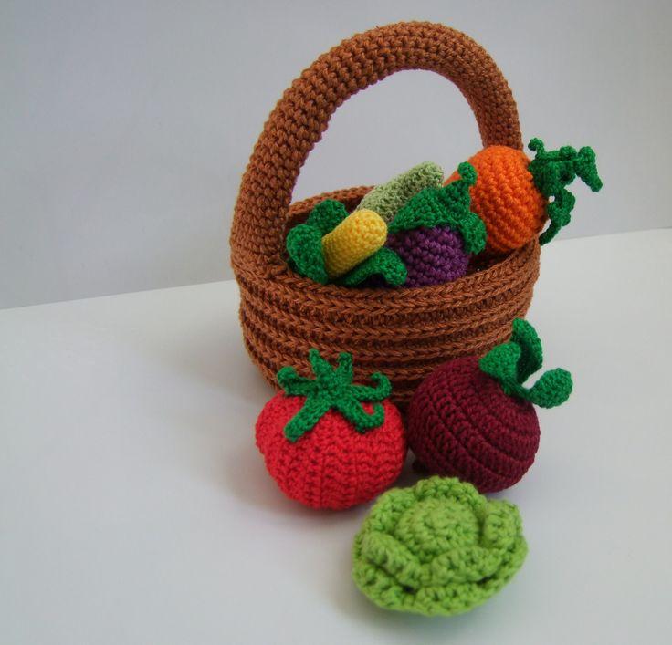 Košík se zeleninou Háčkovaný košík se zeleninoupro malé pomocnice maminek v kuchyni. Může sloužit jakopomůcka k učení barev, cvičení jemné motoriky,počítání, rozpoznávání druhů zeleniny atd. Sada obsahuje celkem 9 dílů: košík, lilek, mrkev, červená řepa, kukuřice, rajče, okurka, hlávkové zelí, hrachový lusk. Výška košíku s uchem je cca 12-13 cm, ...