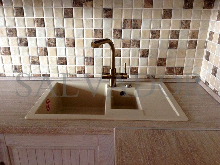 Мойка из искусственного камня с 2-мя чашами и небольшим крылом. Смеситель на 2 воды в ретро стиле. Кухня Флавия фабрики AlvaLine (Гродно). #кухни #кухниизмассива #alvaline #salonkuhnisalvador #мойка #кухоннаямойка