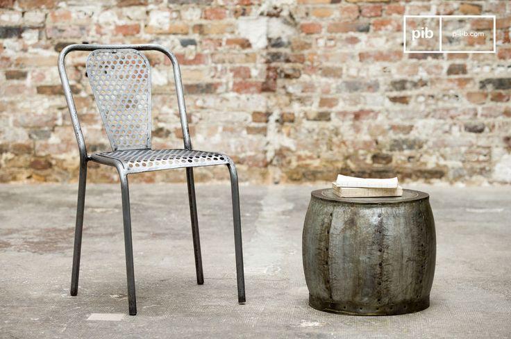 Opta per una sedia robusta ed originale, realizzata con metallo perforato, per creare uno stile retro-industrial intorno al tuo tavolo. Lo stile vintage industrial è dovuto alle finiture grezze e leggermente invecchiate.