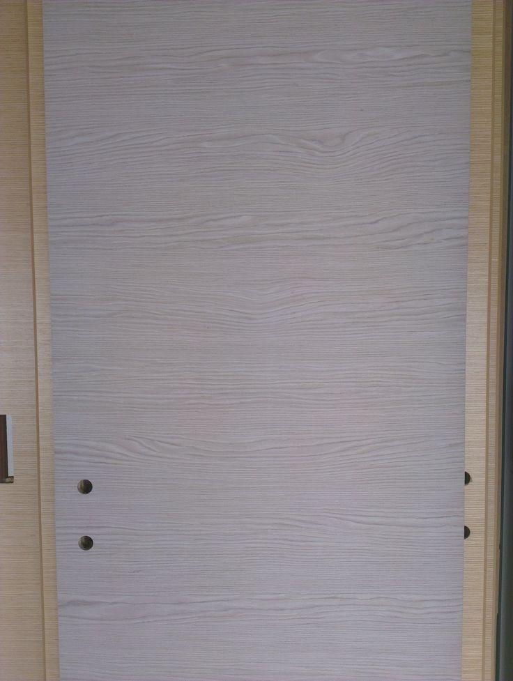 SIGNUM door leaf covered by ALPI oak veneer - SIGNUM ajtószárny ALPI furnérral végső felületkezelés előtt.
