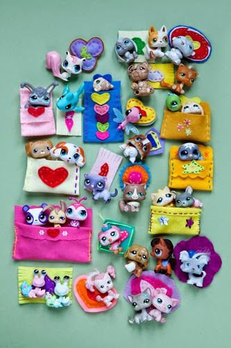 Homemade sleeping bags and pillows, popquilts for petshops © julie ansiau