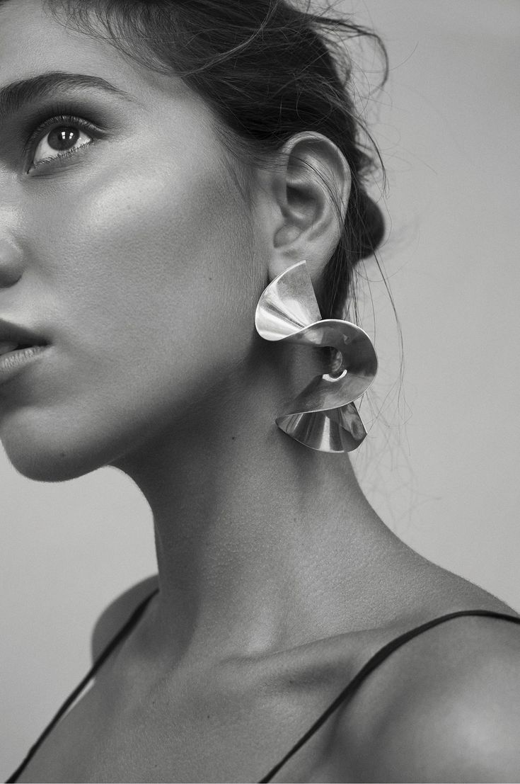 FLOUNCE earring in editorial The Edits: Ador – at Make it last. Styling Mikaela Hållén, photo Pauline Suzor.