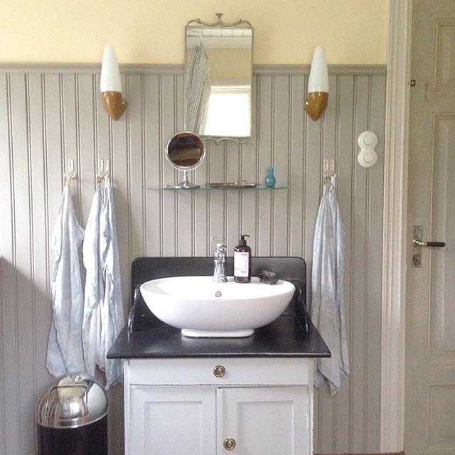 SnapWidget   Nästan allt i vårt badrum är återbruksgrejer. Spegeln från Svensk Tenn är inropad på Tradera, lampetterna köptes på Blocket, handfatet på IKEAs fyndavdelning och kommoden kommer från en antikbutik i Dalarna. Personligt till låg budget! #återbruk #byggnadsvård #badrum #inredning #erikashem