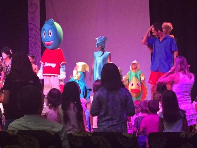 Actuación del miniclub con Barcy (la mascota) del Barceló Punta Umbría Beach
