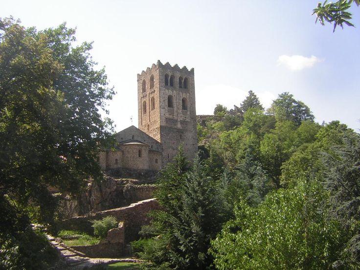 L'abbaye Saint-Martin du Canigou (en catalan : Sant Martí del Canigó), est un monastère de moines bénédictins fondé au Xe siècle par Guifred II comte de Cerdagne. Sise sur les hauteurs du petit village de Casteil, dans le département des Pyrénées-Orientales (66) en région Languedoc-Roussillon (France), elle fut supprimée — et ses moines chassés — lors de la Terreur en 1791, mais reprit vie au début du XXe siècle. La communauté des Béatitudes y assure depuis 1987 le service de l'office divin