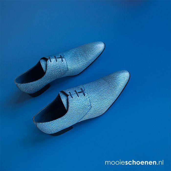New brand: Mascolori. Ken jij iemand die deze te gekke schoenen aandurft?  #mooieschoenen #mascolori #herenschoenen #menswear #blue #blauw #blueshoes #inspiration