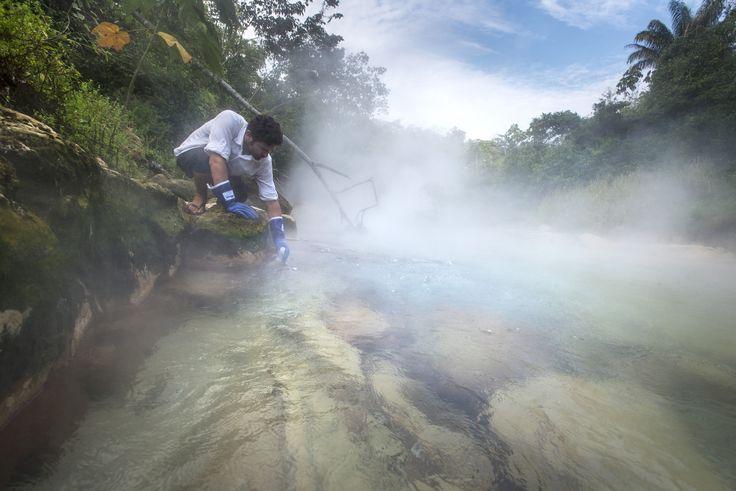"""""""Você está cercado pelos sons da floresta tropical"""", disse Ruzo ao Gizmodo. """"Você sente essa água fluindo à sua frente, e as plumas de vapor subindo. É realmente um lugar espetacular."""""""